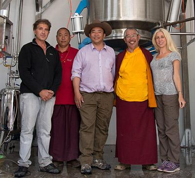 El equipo de Anastore y del laboratorio Hévéa con los fundadores del dispensario de Dzongsar